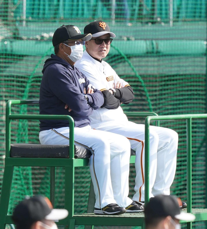 練習試合前、談笑する巨人原監督(右)と日本ハム原田2軍監督(撮影・鈴木みどり)
