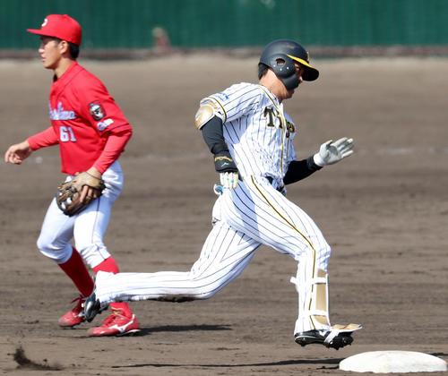 阪神対広島 4回裏阪神1死、高山は右線に三塁打を放つ(撮影・加藤哉)