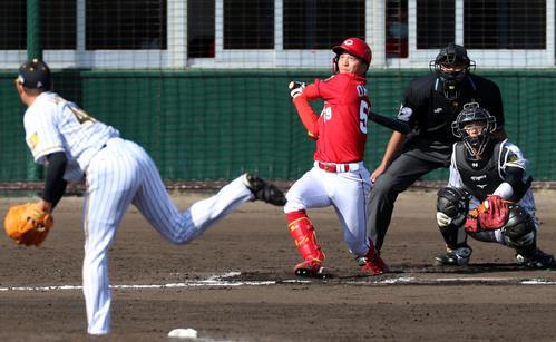 阪神対広島 7回表広島無死、大盛は右越え本塁打を放つ、左は斎藤(撮影・加藤哉)