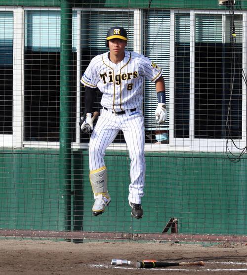 阪神対広島 8回裏阪神1死二、三塁、佐藤輝は次打者席でジャンプする(撮影・加藤哉)