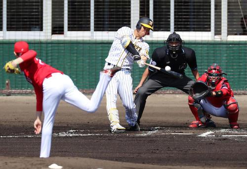 阪神対広島 1回裏阪神2死、佐藤輝は右中間へ二塁打を放つ、左は森下(撮影・加藤哉)