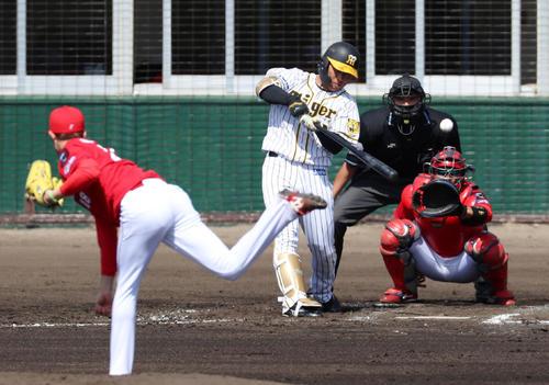 阪神対広島 2回裏阪神1死、高山は左越え二塁打を放つ、左は森下(撮影・加藤哉)