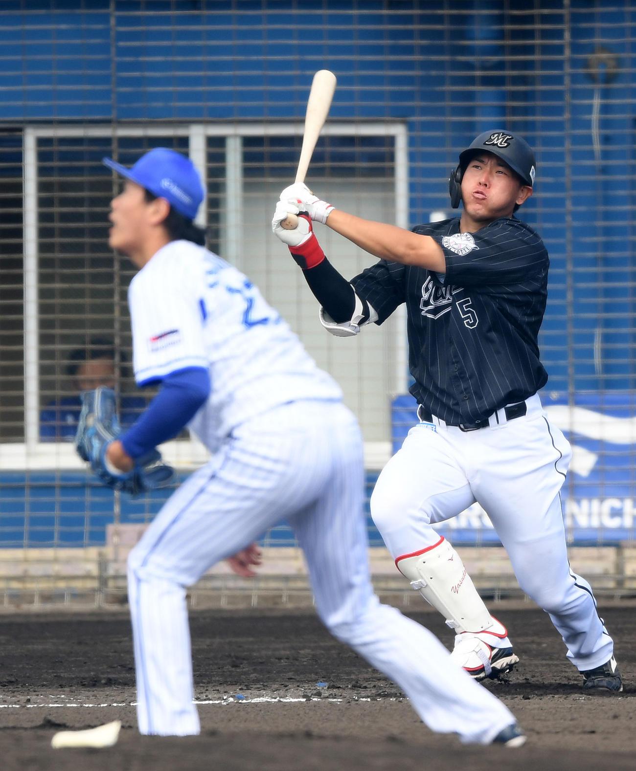DeNA対ロッテ 3回表ロッテ2死、右中間へ本塁打を放つ安田。投手上茶谷(撮影・横山健太)