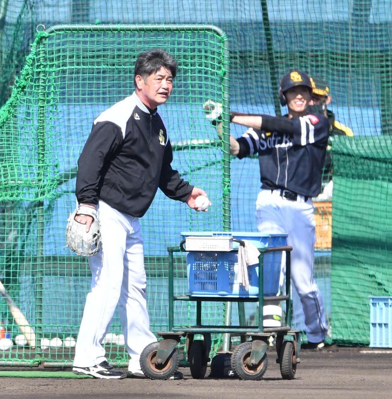 周東(右)の特打に登板し、打球の行方を見つめる工藤監督(撮影・岩下翔太)
