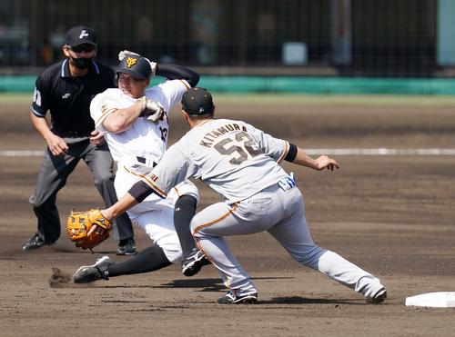 巨人紅白戦 3回裏白組1死一塁、二塁盗塁を決める梶谷(撮影・江口和貴)
