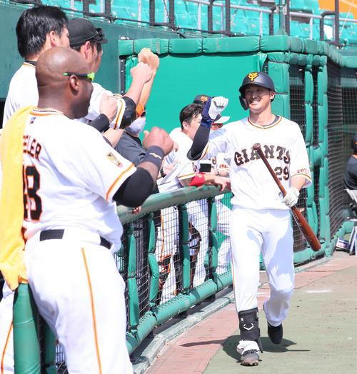 巨人紅白戦 3回裏巨人無死、吉川(右)は左越え本塁打を放ちタッチで迎えられ笑顔(撮影・足立雅史)