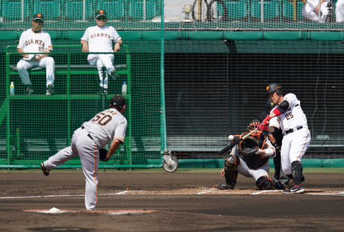 巨人紅白戦 1回裏白組2死一塁、空振り三振に倒れる岡本和。投手戸根(撮影・江口和貴)