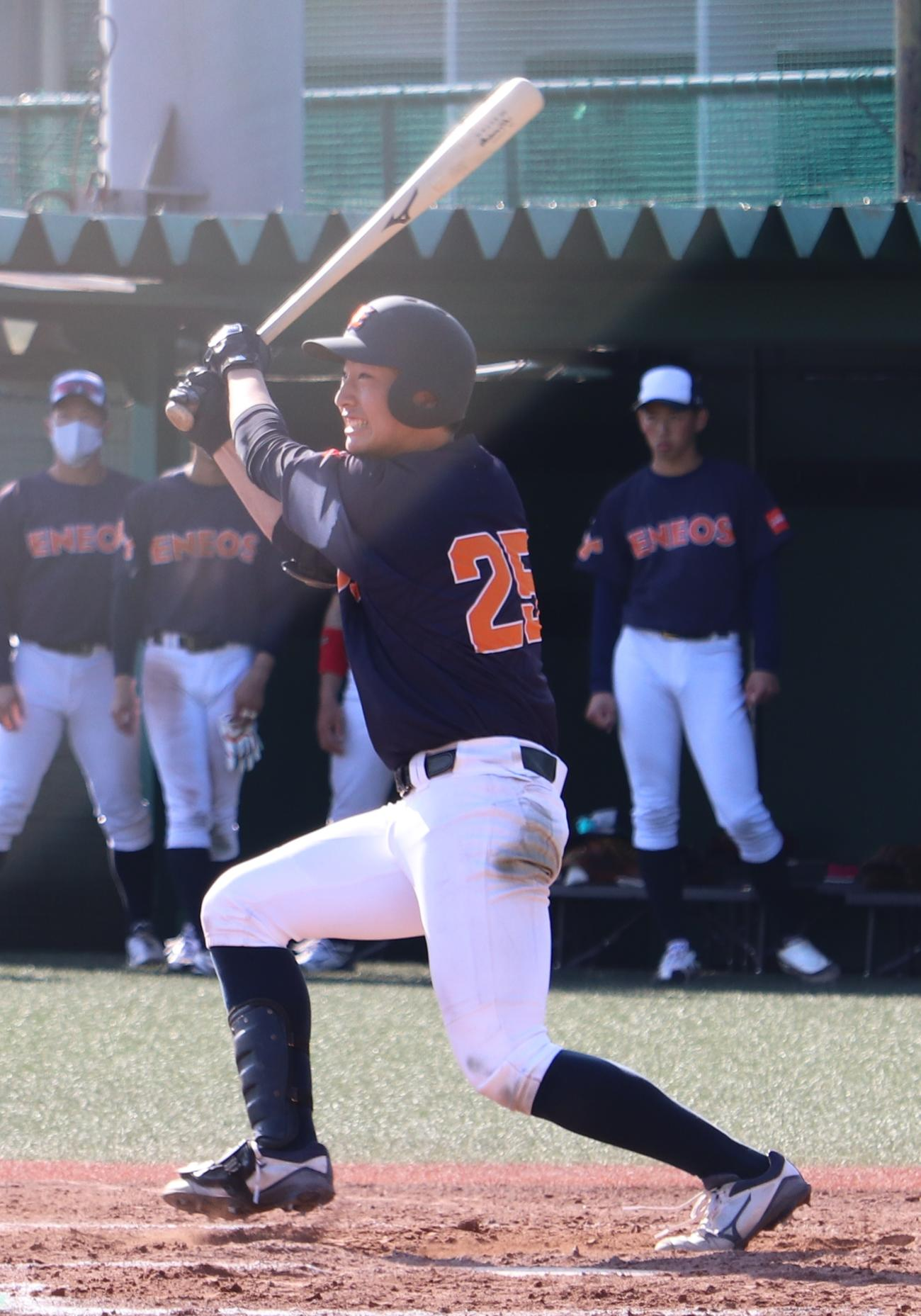 横浜商大対ENEOS ENEOS6回裏2死一塁、中越えに適時二塁打を放つ度会(撮影・古川真弥)
