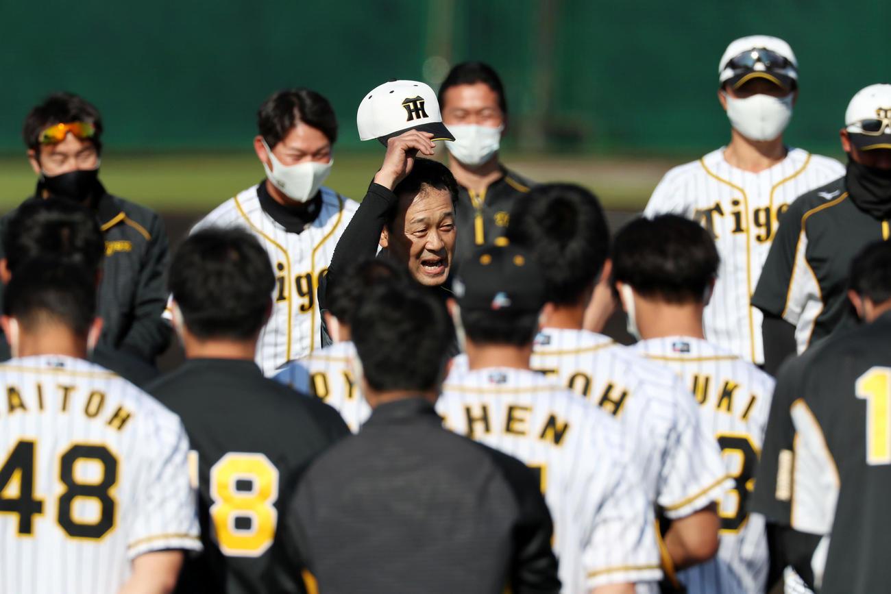 この日で阪神キャンプが最終日となる川相臨時コーチは練習前にナインへあいさつする(撮影・加藤哉)