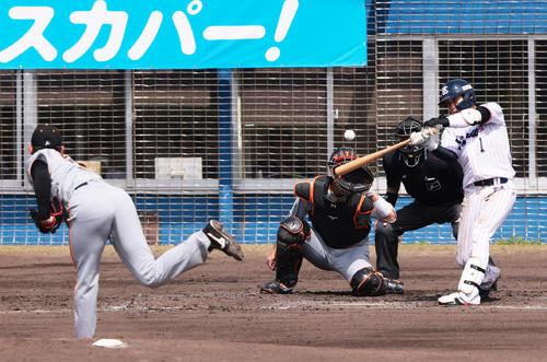 練習試合 ヤクルト対巨人 2回裏ヤクルト2死二塁、山田は左越え2点本塁打を放つ。投手平内(撮影・足立雅史)