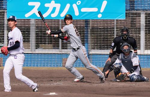 練習試合 ヤクルト対巨人 5回表巨人無死二塁、秋広は中越え適時二塁打を放つ。投手金久保(撮影・足立雅史)