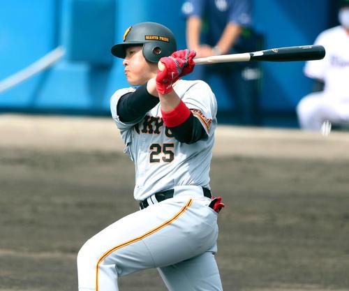 ヤクルト対巨人 1回表巨人2死一塁、左前打を放つ岡本和(撮影・河田真司)