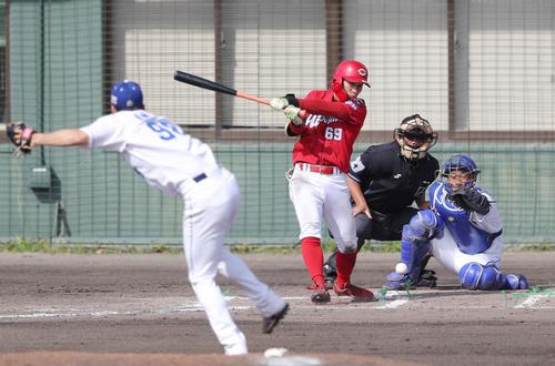 中日対広島 7回表広島2死二、三塁、中前2点適時打を放つ羽月。投手木下(撮影・前田充)