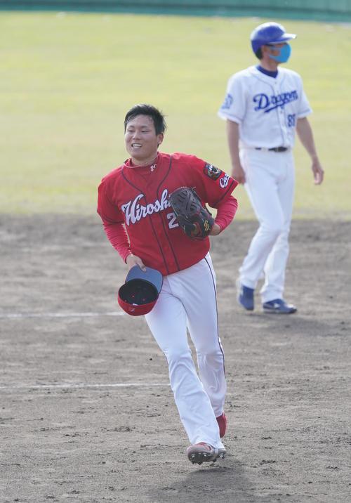 中日対広島 8回裏中日攻撃終了、中日の攻撃を打者3人で打ちとり明るい表情を見せる広島4番手で登板した栗林良吏(撮影・森本幸一)