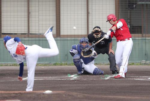 中日対広島 1回表広島2死、右越え本塁打を放つ鈴木誠。投手清水(撮影・前田充)