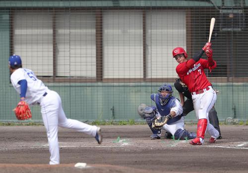 中日対広島 4回表広島2死、中越え本塁打を放つ堂林。投手清水(撮影・前田充)