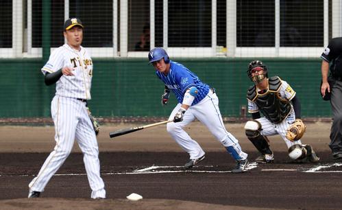 阪神対DeNA 1回表DeNA2死、牧は中前打を放つ、左は秋山(撮影・加藤哉)