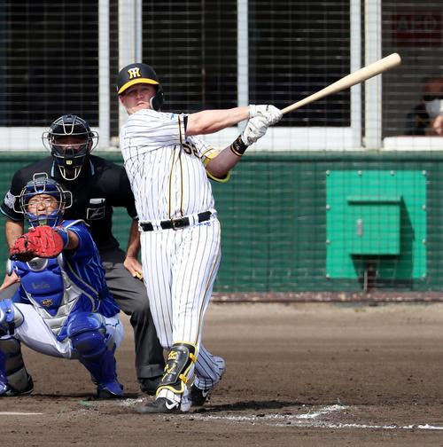 阪神対DeNA 4回裏阪神無死、サンズは左中間越え二塁打を放つ(撮影・加藤哉)