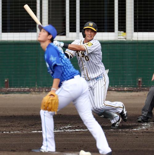 阪神対DeNA 2回裏阪神無死一塁、木浪は右中間越えに適時三塁打を放つ、左は阪口(撮影・加藤哉)
