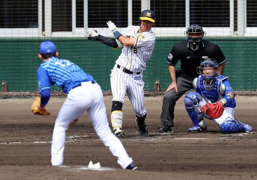 阪神対DeNA 3回裏阪神1死、佐藤輝は一ゴロを放つ、左は阪口(撮影・加藤哉)