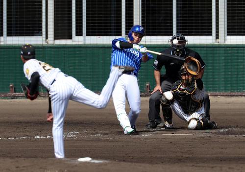 阪神対DeNA 4回表DeNA無死一、二塁、佐野は中越え3点本塁打を放つ、左は小野(撮影・加藤哉)