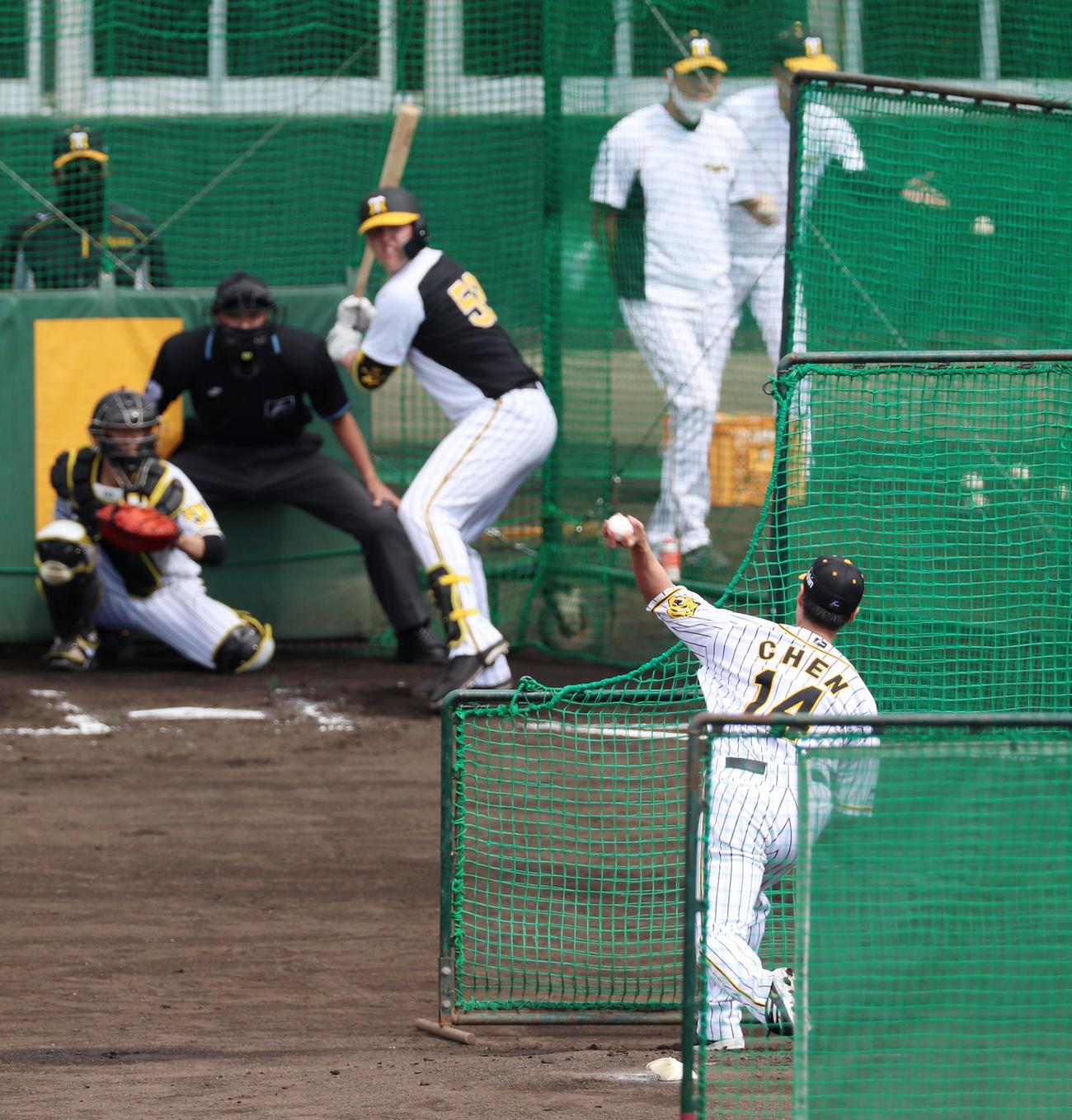 打撃投手で登板したチェン・ウェインはチェンジアップでジェリー・サンズから空振りを奪う(撮影・加藤哉)