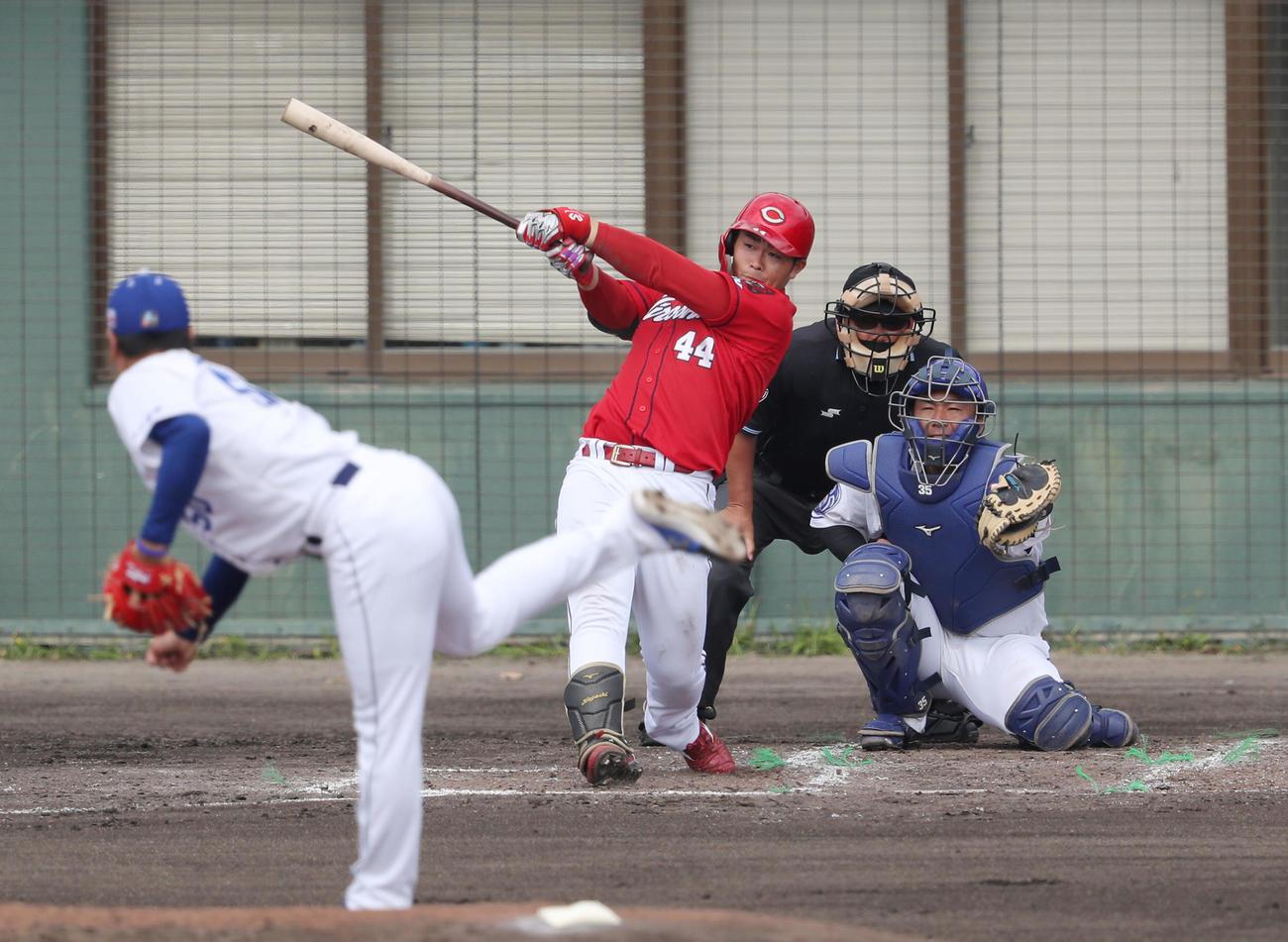 中日対広島 3回表広島無死、右前打を放つ林。投手清水(撮影・前田充)