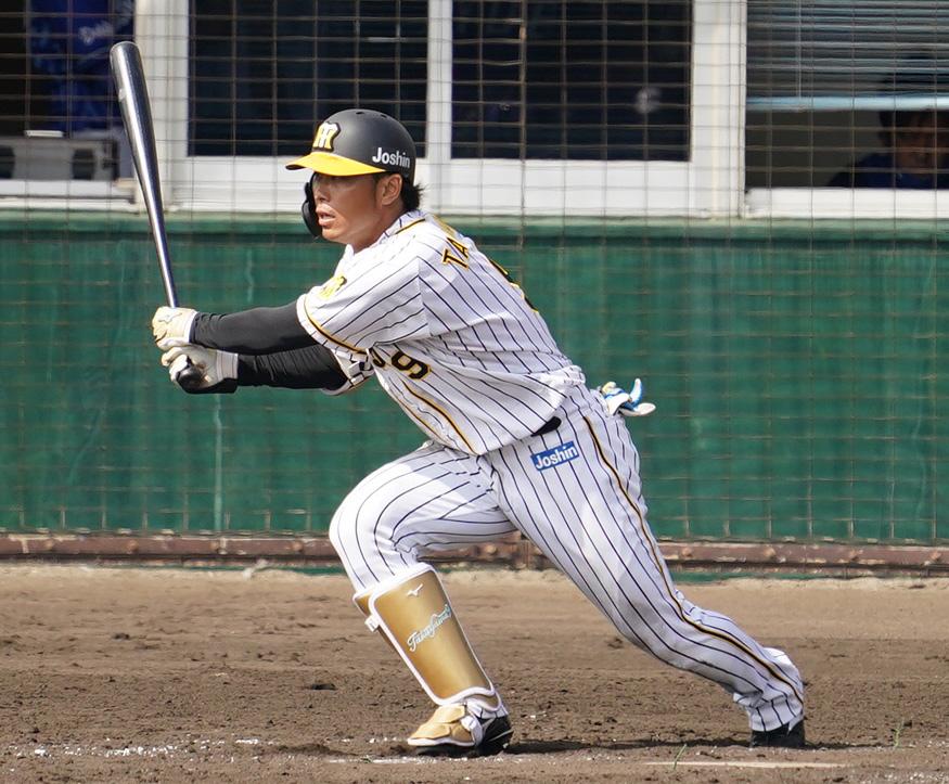 阪神対DeNA 4回裏阪神無死二塁、高山は右前打を放つ(撮影・清水貴仁)