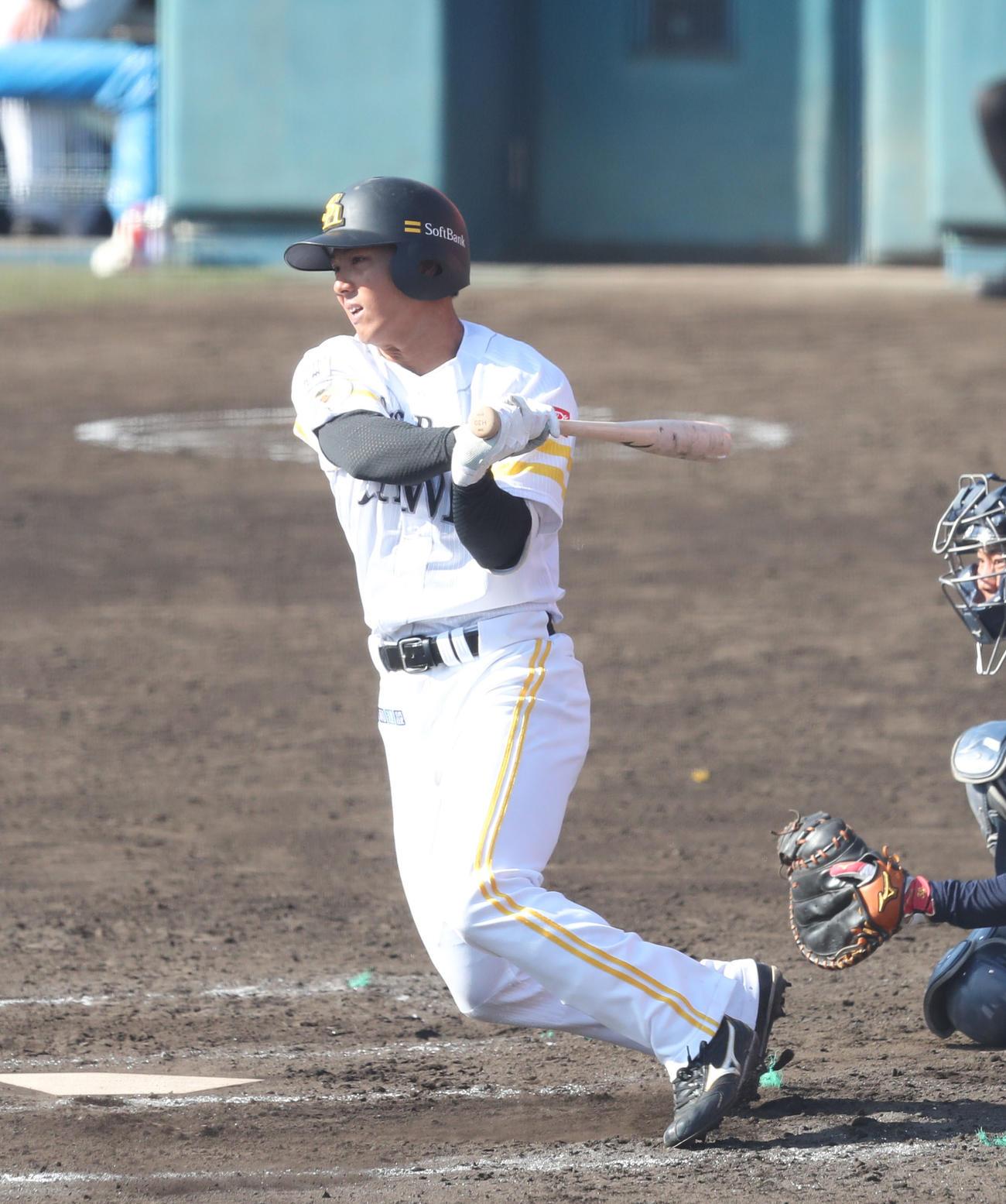 練習試合 西武対ソフトバンク 7回裏ソフトバンク無死一塁、佐藤直樹は左前安打を放つ(撮影・梅根麻紀)