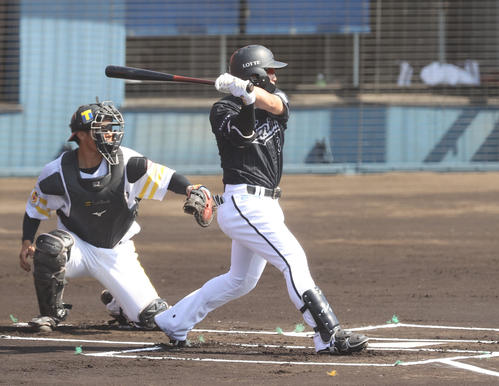 ソフトバンク対ロッテ 1回表ロッテ無死一塁、左翼線に先制の適時二塁打を放つ菅野(撮影・垰建太)