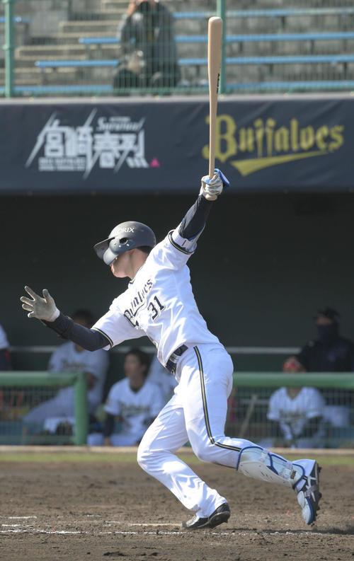 太田椋は三塁打を放つ(撮影・渦原淳)