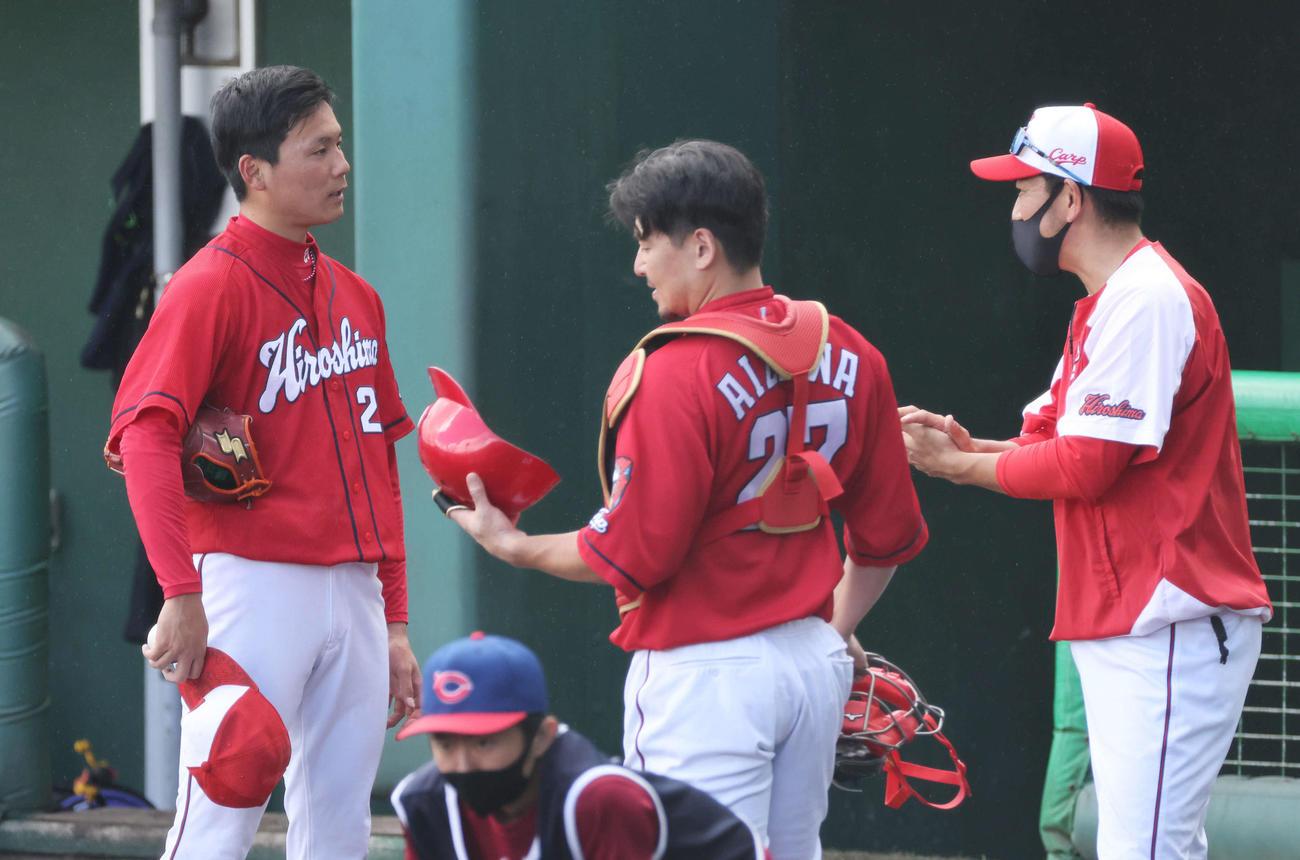 13日、シート打撃での登板を終えた栗林は、会沢(中央)、倉コーチ(右)らのアドバイスを受ける