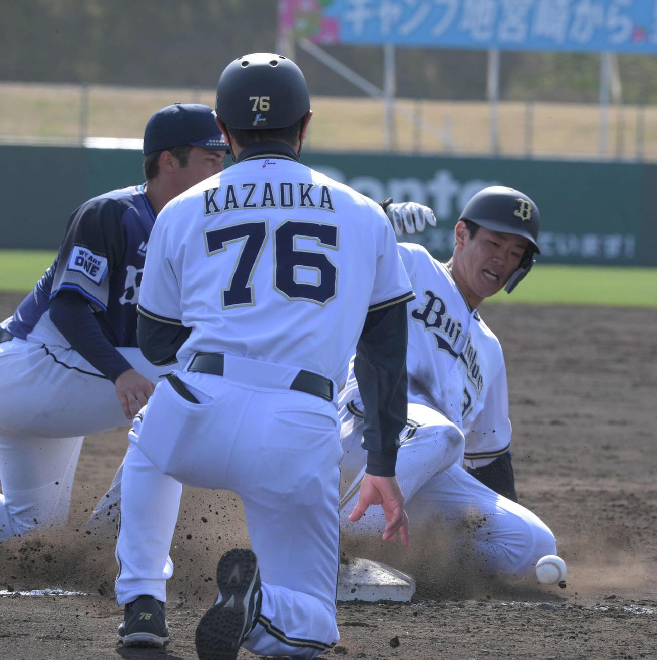 太田椋は三塁打を放ち三塁に滑り込む(撮影・渦原淳)