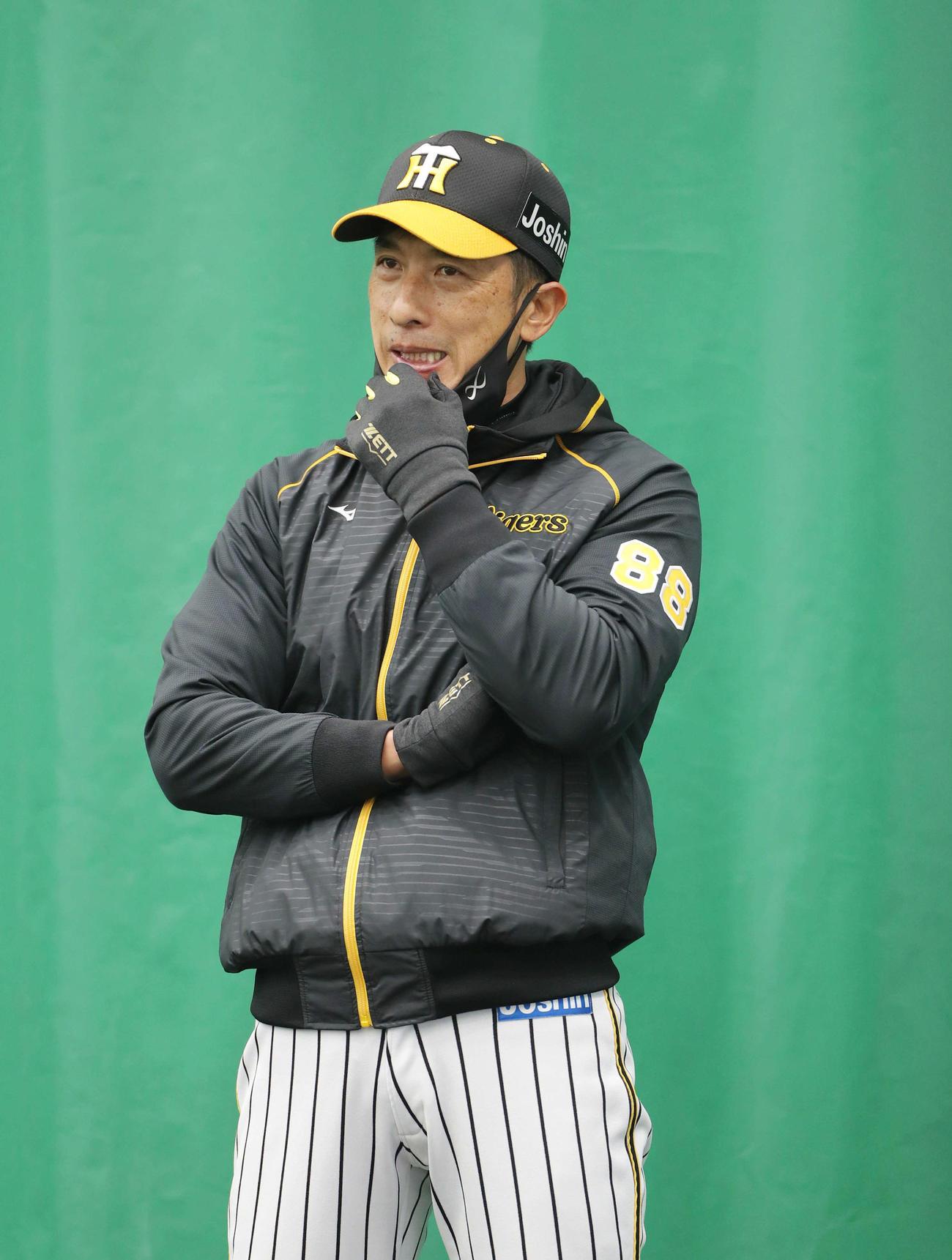 18日、ブルペンを見つめる矢野監督