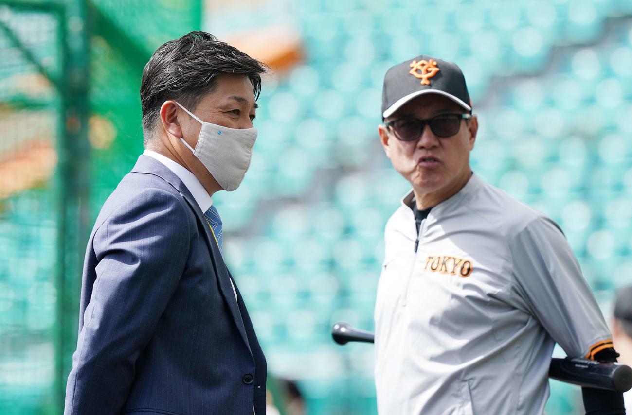 巨人春季キャンプで原監督(右)と談笑する谷繁氏(2021年2月21日)