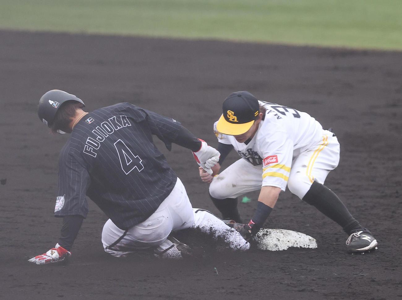 ソフトバンク対ロッテ 4回表ロッテ1死一塁、二盗を狙うも甲斐の送球に刺される藤岡(左)(撮影・垰建太)