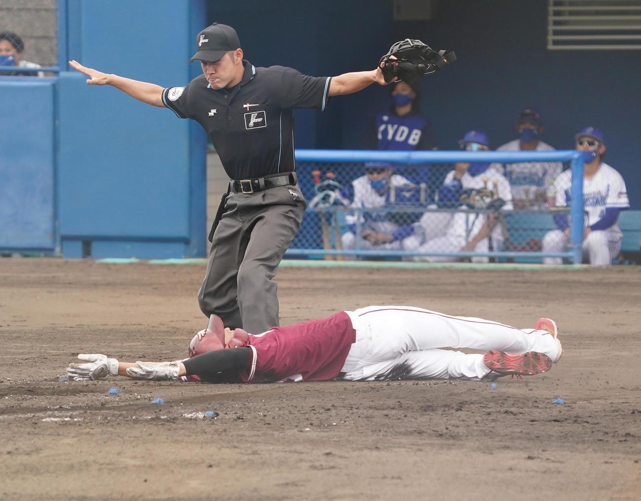 DeNA対楽天 4回表楽天2死一、二塁、茂木の適時打で二塁から生還する辰己(撮影・菅敏)
