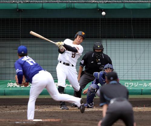 巨人対中日 5回裏巨人無死二塁、中前打を放つ梶谷。投手柳(撮影・狩俣裕三)