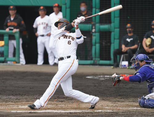 練習試合・巨人対中日 5回裏巨人1死三塁、左中間へ適時二塁打放った坂本勇人(撮影・森本幸一)