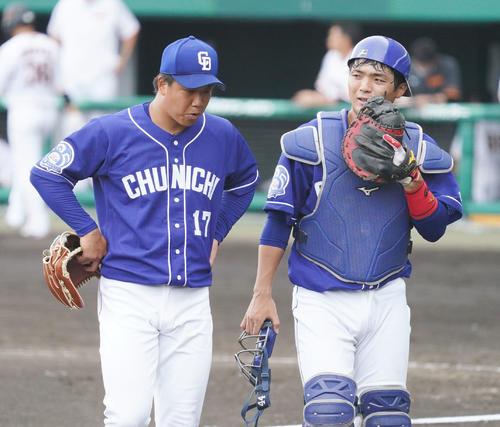 練習試合・巨人対中日 5回裏巨人攻撃終了、ベンチへ戻る郡司裕也(右)と柳裕也(左)(撮影・森本幸一)