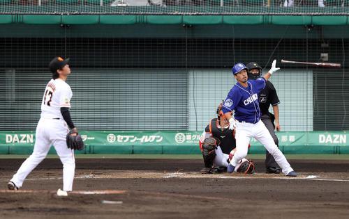 巨人対中日 4回表中日2死、二塁打を放つ阿部。投手高橋(撮影・狩俣裕三)