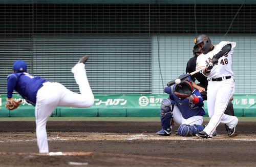 巨人対中日 4回裏巨人無死、二塁打を放つウィーラー。投手柳(撮影・狩俣裕三)