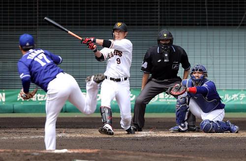 巨人対中日 4回裏巨人無死二塁、適時二塁打を放つ亀井。投手柳(撮影・狩俣裕三)