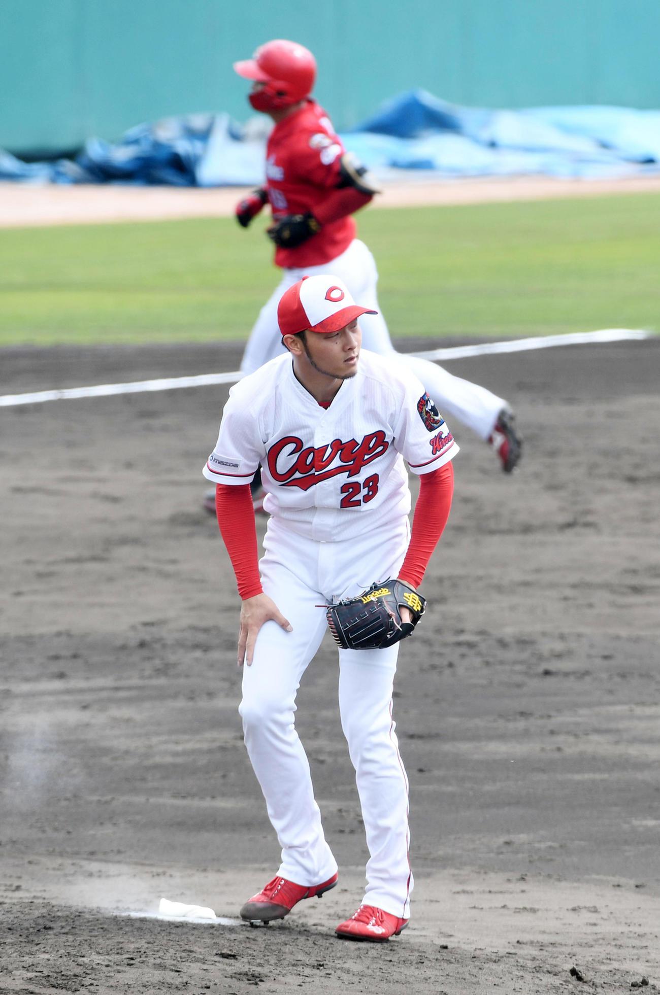 紅白戦 3回表紅組1死、正隨に右越え本塁打を打たれがっくりする薮田(撮影・前岡正明)
