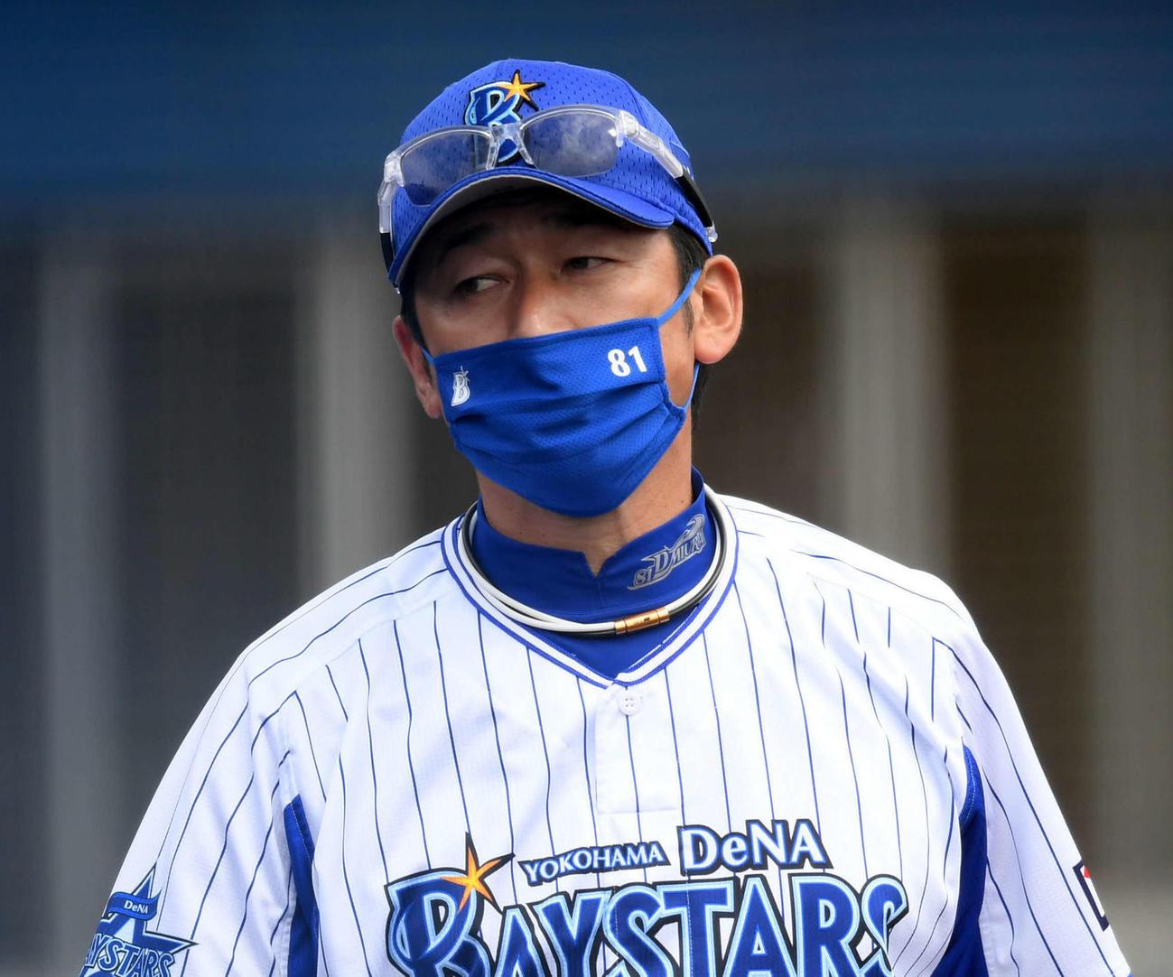 DeNA対楽天 選手交代を告げるDeNA三浦監督(撮影・横山健太)