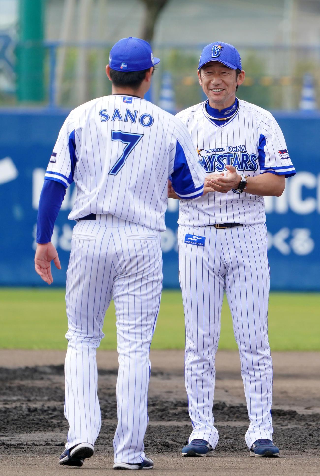 手締めを終え、談笑するDeNA三浦監督(右)と佐野(撮影・横山健太)