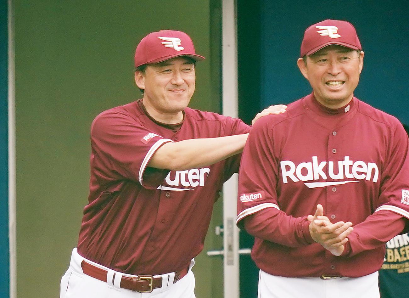 ヤクルトとの練習試合に勝利し、ナインを迎える楽天石井GМ兼監督(左)(撮影・菅敏)