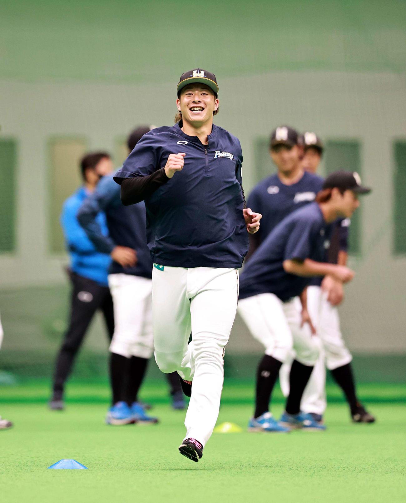 笑顔でダッシュする日本ハム吉田(代表撮影)