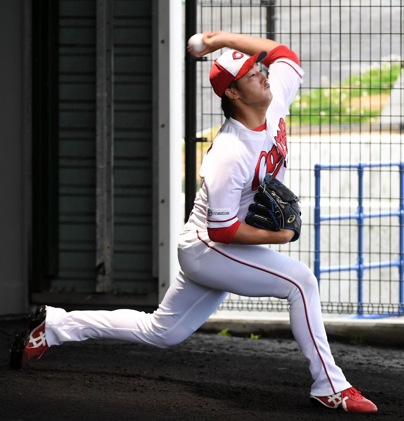 ブルペンで投球練習を行う床田(撮影・前岡正明)