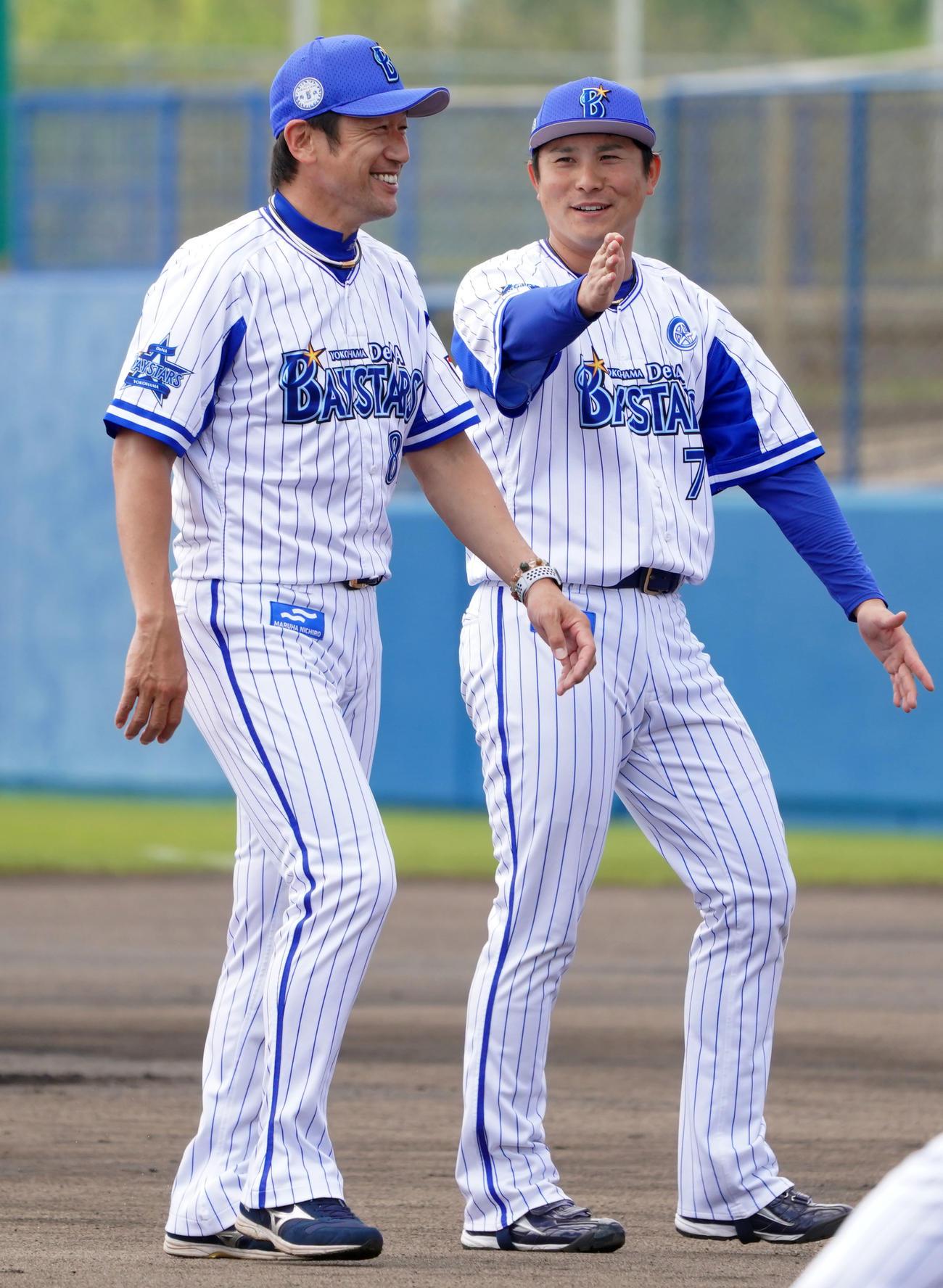 手締めを終え、談笑するDeNA三浦監督(左)と佐野(撮影・横山健太)